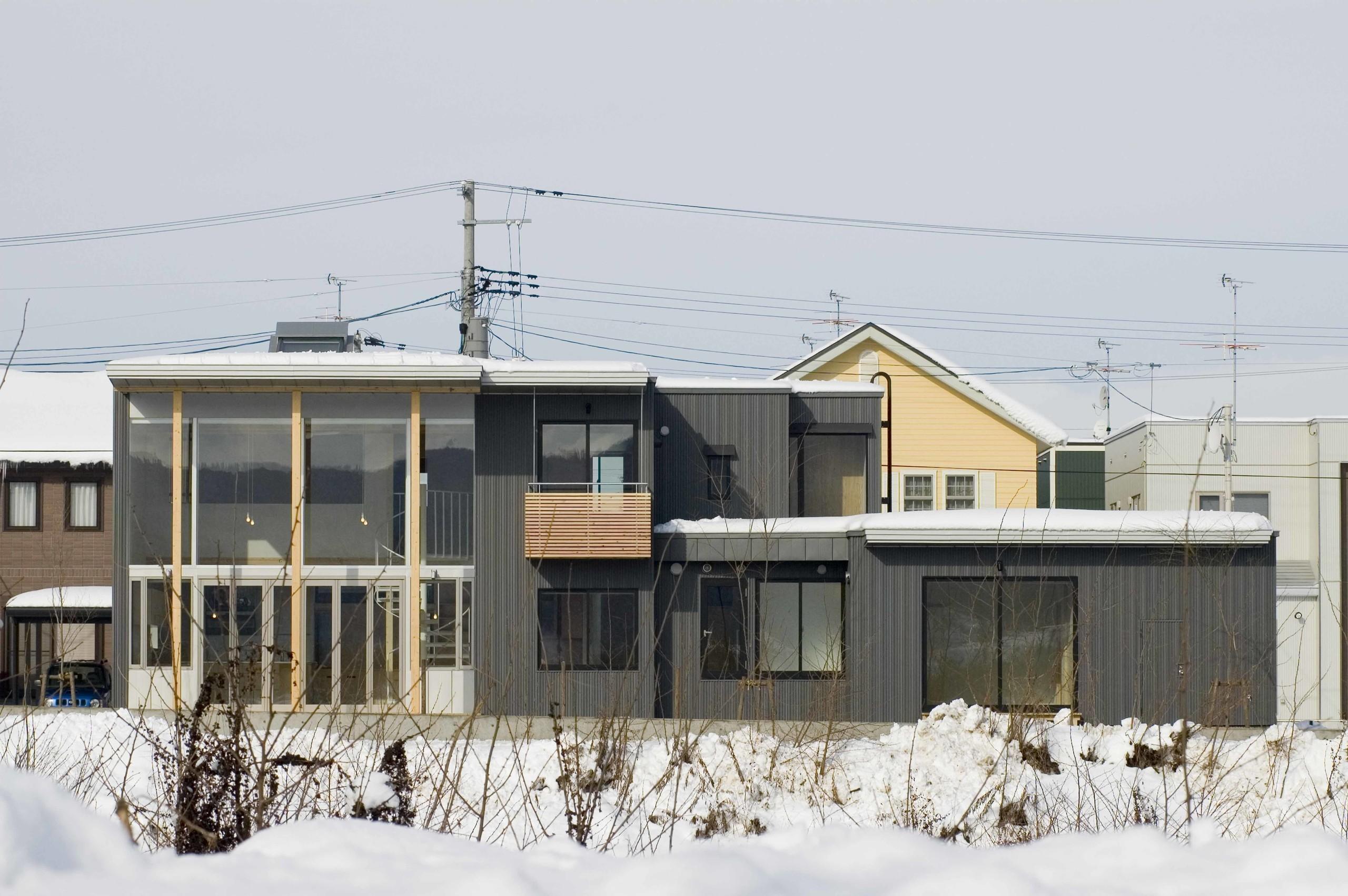 川の対岸から見た南側外観  | 大和沢川の家 風景を楽しむ家