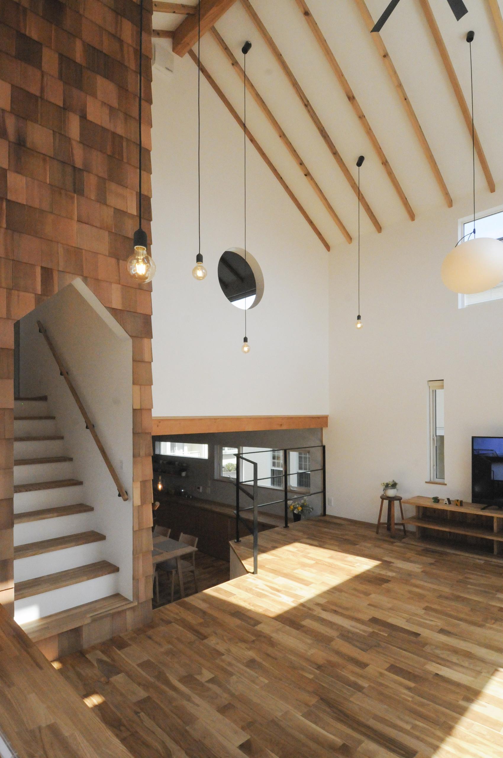 無垢材と漆喰でできた、スキップフロアーのかわいい家の建築事例写真