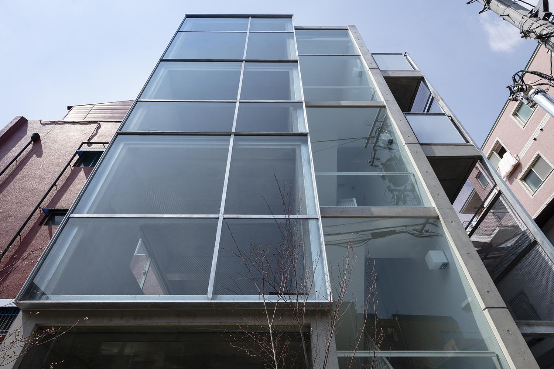 都市に開く住宅の建築事例写真