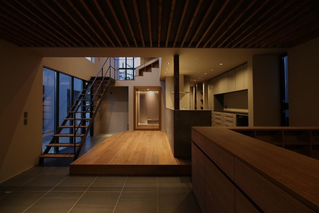 リビング方向からダイニング方向を見る。リビング右側は小上がりの畳コーナーになっていて、家具によって緩やかに仕切る。 | スキップフロアーの家(黒い家)