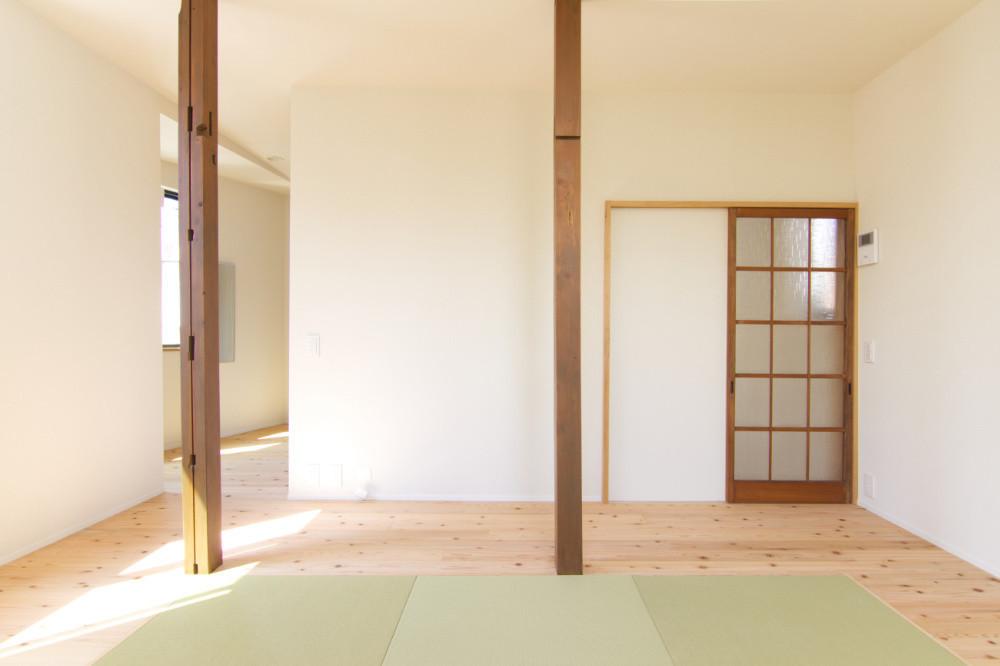 リビング兼寝室:元々4つあった部屋をつなげ、ゆったりとくつろげつリビングと大容量の収納室に分けました。建具や柱は今まで使っていた愛着のある材料に新たに塗装を施して再利用しています。   新小岩 木造住宅の大規模耐震リフォーム