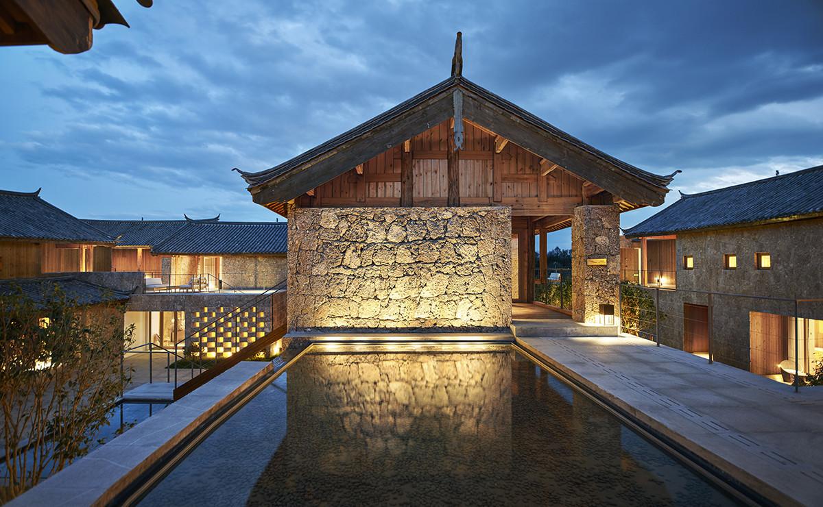 石積みの古民家をリノベーションしたリゾートホテルの建築事例写真