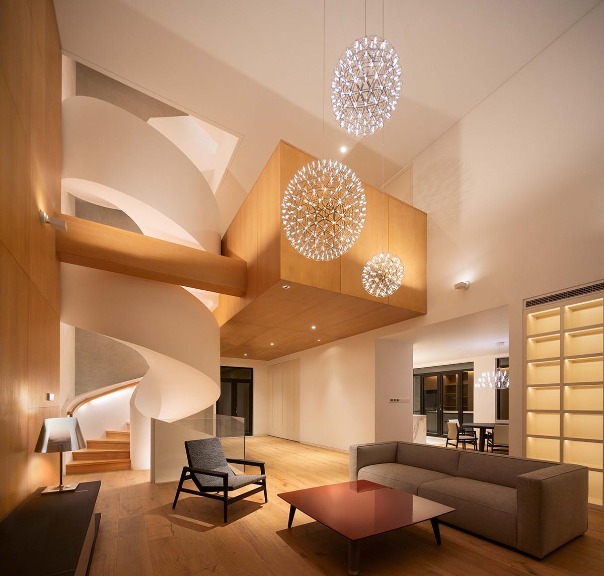 象徴的なスパイラルを中心に配置した大型別荘のリノベーションの建築事例写真
