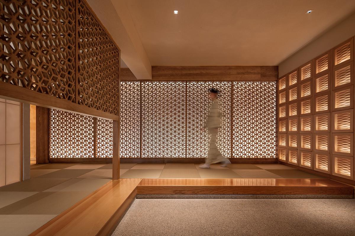 麻の葉模様を二層に分解再構成した格子のある料亭。の建築事例写真