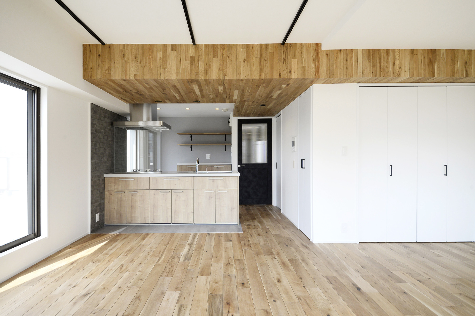 天井の無垢材がアクセントの明るい広々空間の建築事例写真