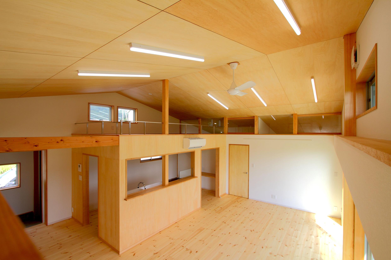 5人家族の平屋 大屋根のワンルーム空間の建築事例写真