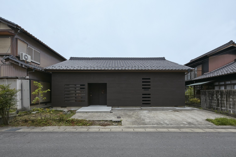 既存の瓦屋根を活かした外観 | 多治見の家~通り土間のある終の棲家(リノベーション)