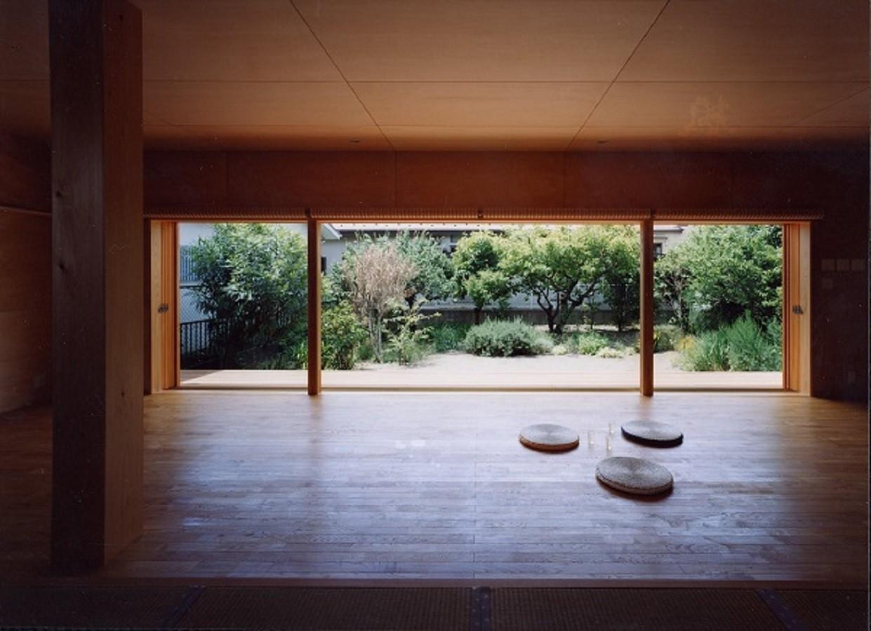 窓を全開にしたリビング | 辻堂東海岸の家~大きな窓で緑の庭と一体になる平屋