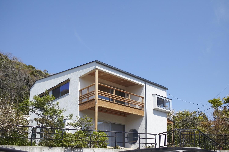 道路より2.5m程高い敷地   葉山一色の家~富士山への眺望を活かした海辺の家