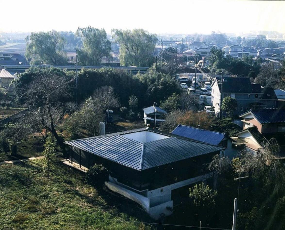 外観、中央の穴は中庭 | 回の家~桜の大木と共に生き中庭を中心に回遊する家