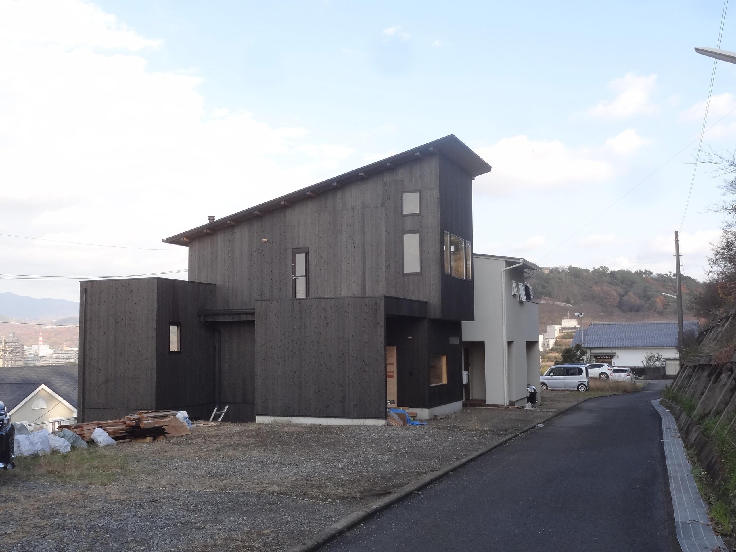 傾斜地に建てる木の家の建築事例写真