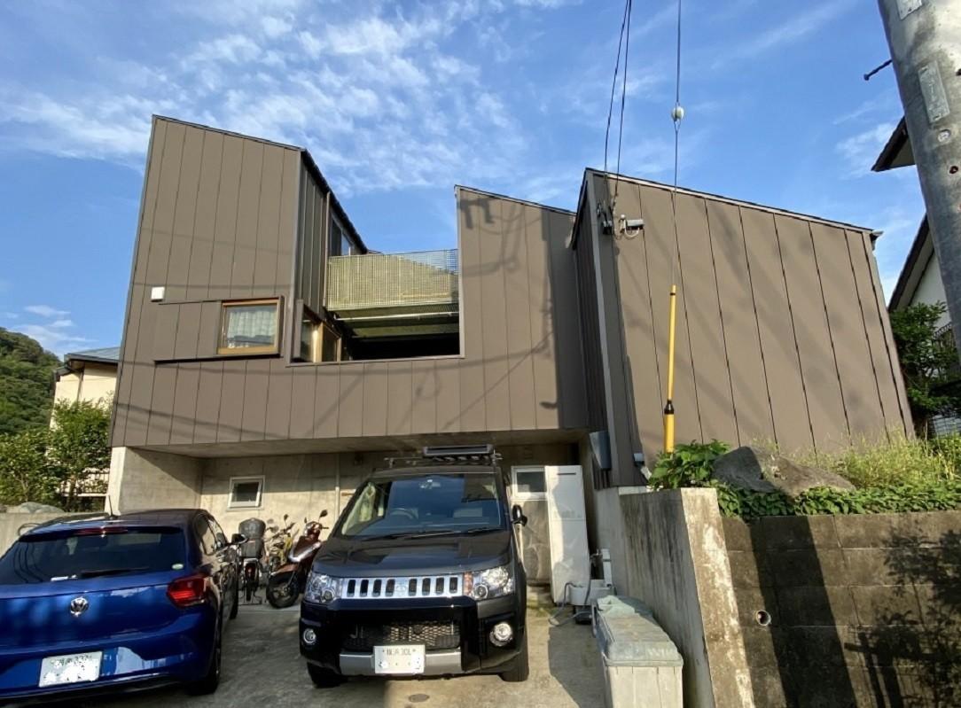 道路より地下の玄関にアプローチする | 葉山の家~音楽室とパティオのある家