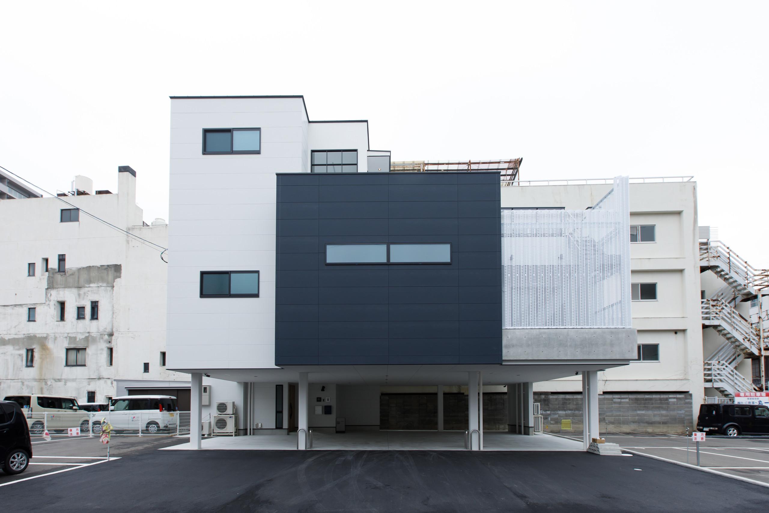 耐久性、耐震性に優れた重量鉄骨造3階建てで構成。プライバシーに配慮した、街中でゆったり快適に過ごせる住まい。 | 屋上テラスとピロティで、快適さと強さを両立した家