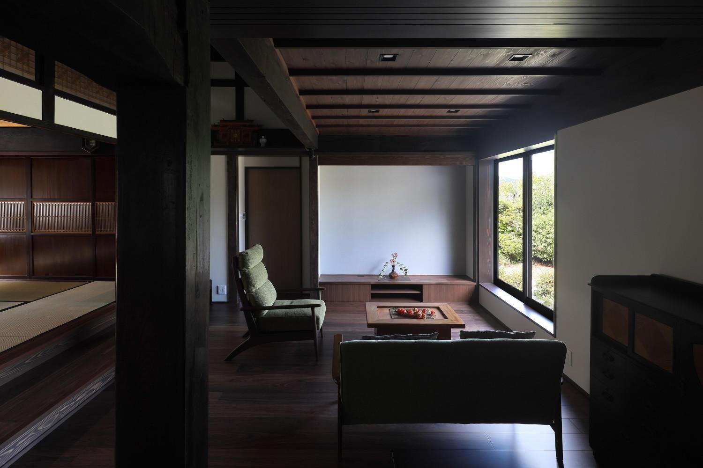 下屋部分にあります居間です。左手の和室と同じ床の高さにあったものを下げました。右手の窓はもとは掃き出し窓でした。窓に立ち上がりが生じたことで居間に落ち着きがもたらされました。   古民家の趣きを活かした築136年の京丹後の住まいの改修です