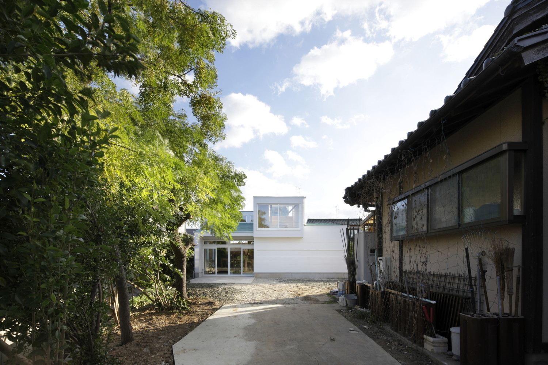 家族4人の居場所を感じる、子育て世代の木造住宅の建築事例写真
