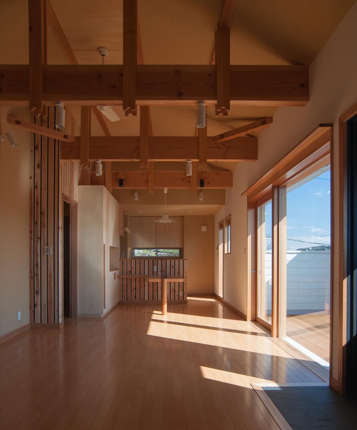 天井の高いリビング | 「大きなバルコニー&薪ストーブ」天井の高い2階リビング
