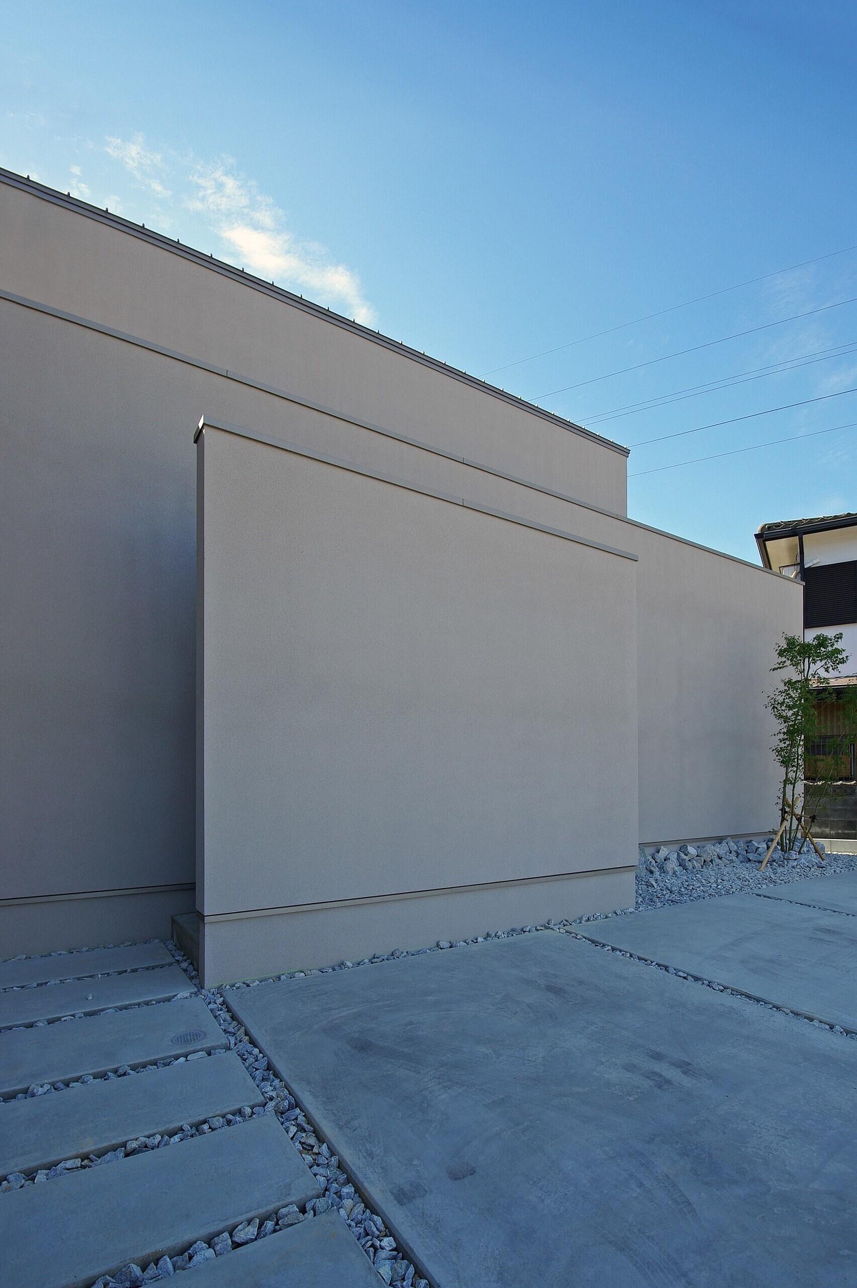 正面は3枚の壁で構成された外観となっています。閉鎖的な外見からは想像できない程、室内は明るい空間となっています。 | 宮元の家-miyamoto