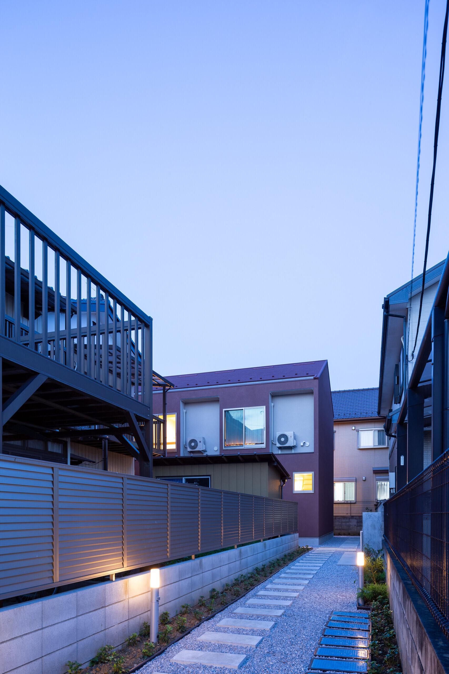 路地の中の重層長屋の建築事例写真