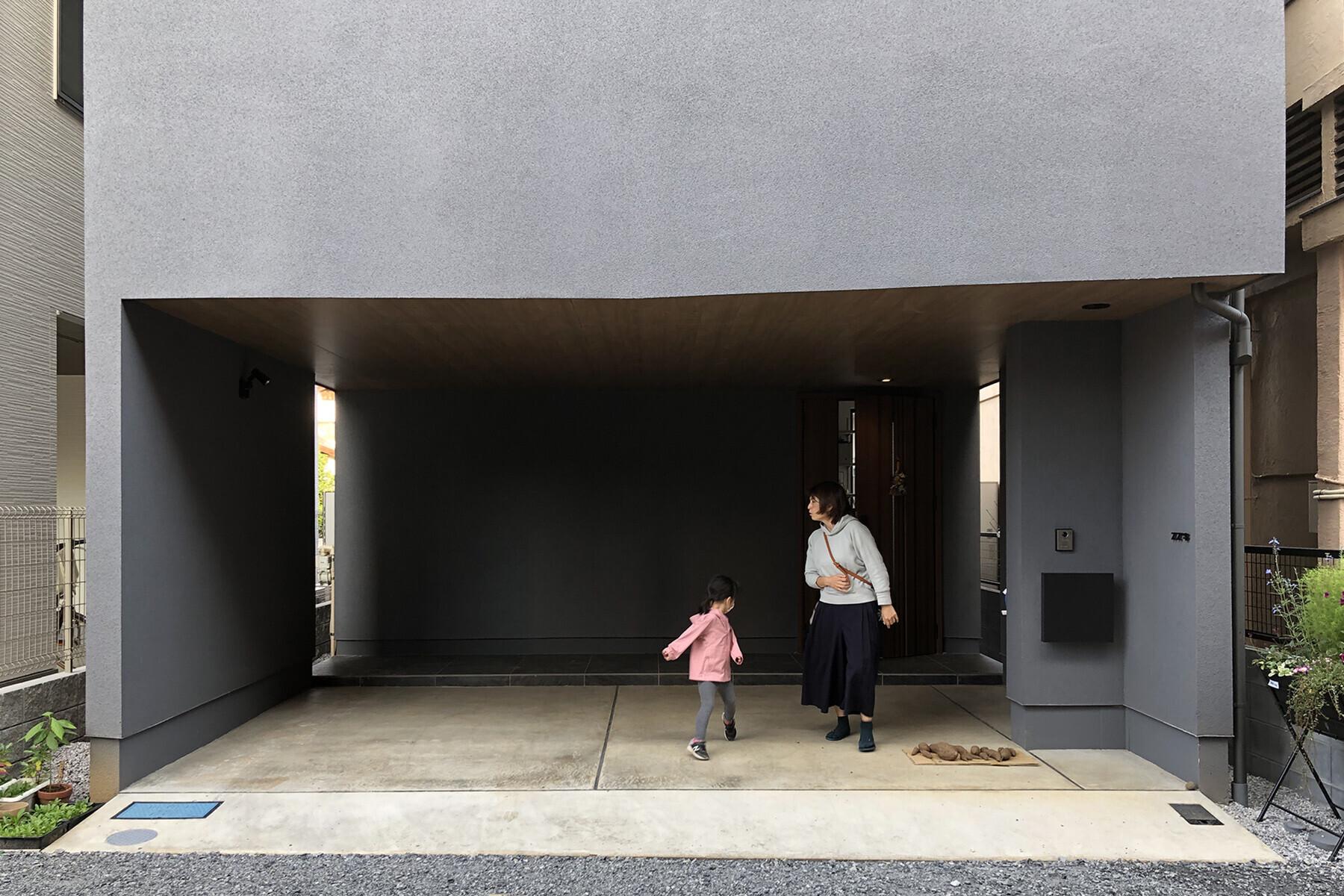 ビルトイン駐車場を有する3階建ての家 の建築事例写真