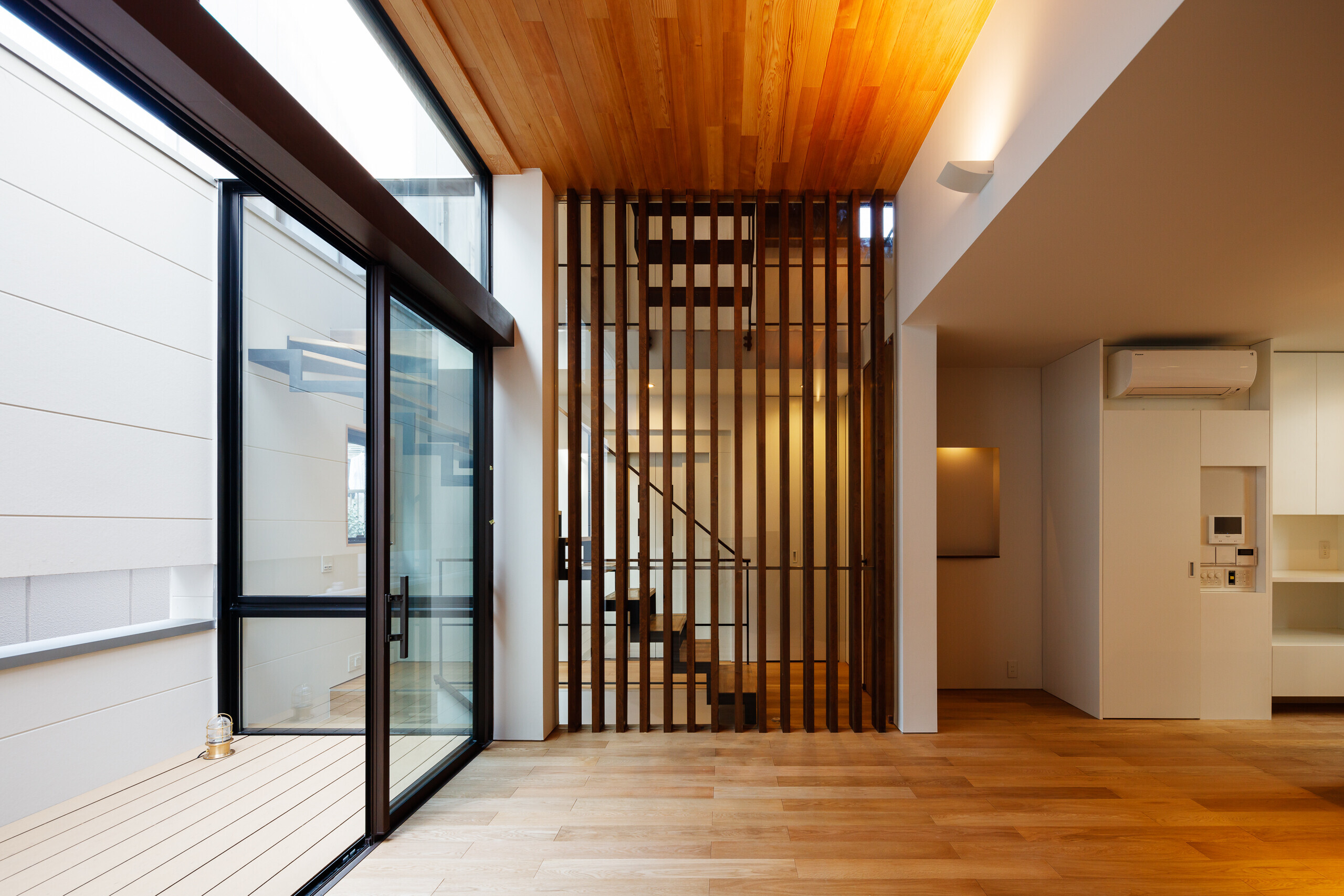 photo by大沢誠一 | 囲んだテラスに開いた2階リビングの家
