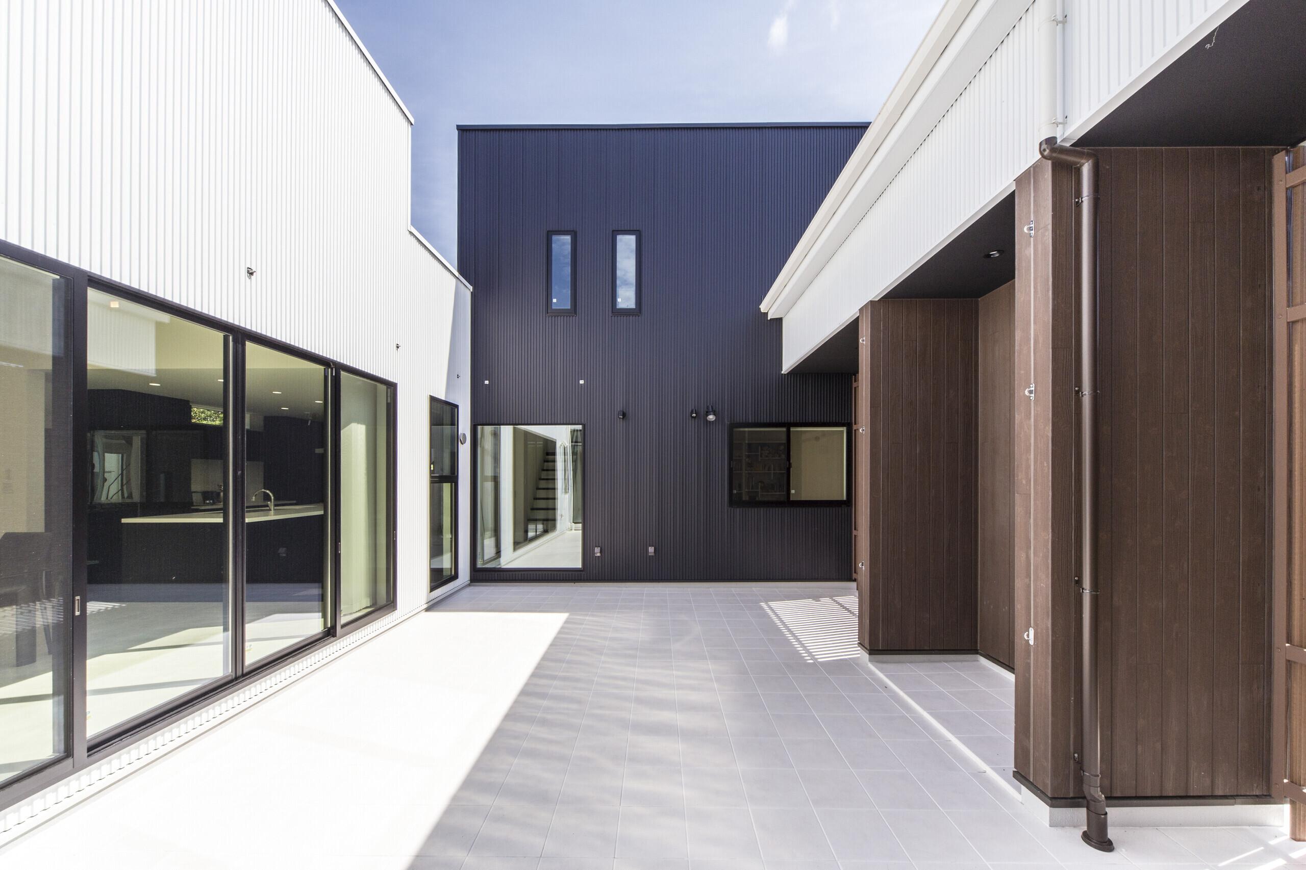 大きな中庭で家族の絆が繋がる家の建築事例写真