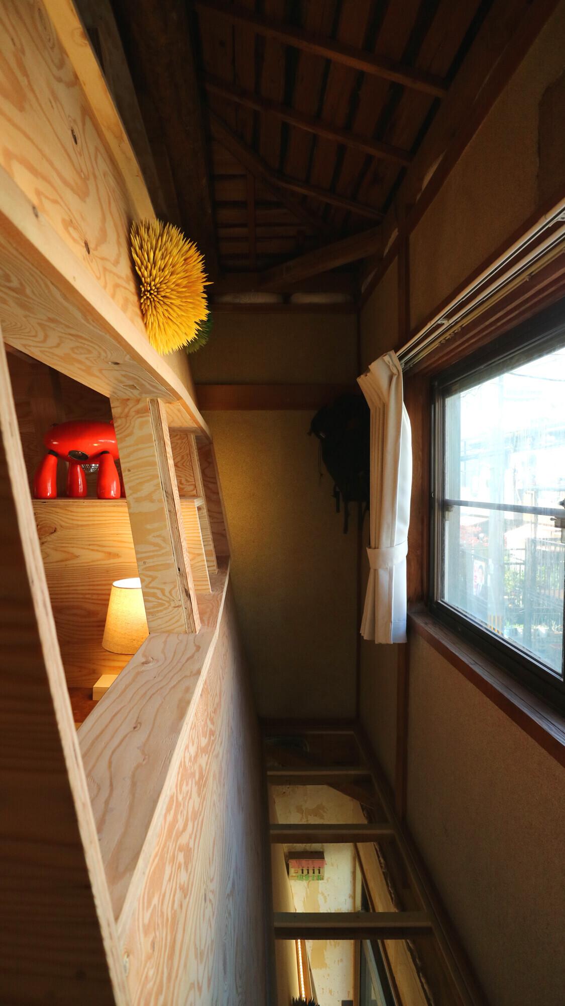 【ライブラリー】2階のプライベート空間。左の斜め壁は、ガラス床の下1階まで続いている。美術家としての施主の作品展示スペースを大きくとれた。   せいかつとせいさくの家(美術家M邸)