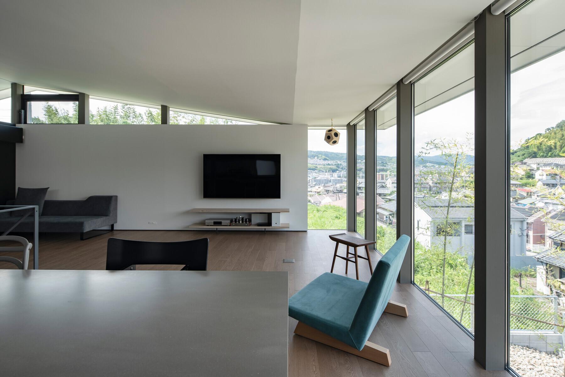 壁の端部をコーナーから控えることで、大和川方面への眺望を確保しつつ、屋根に浮遊感を与えるデザイン。 | 片岡山の家|眺めのよい斜面地に架けた大屋根の下で暮らす住まい
