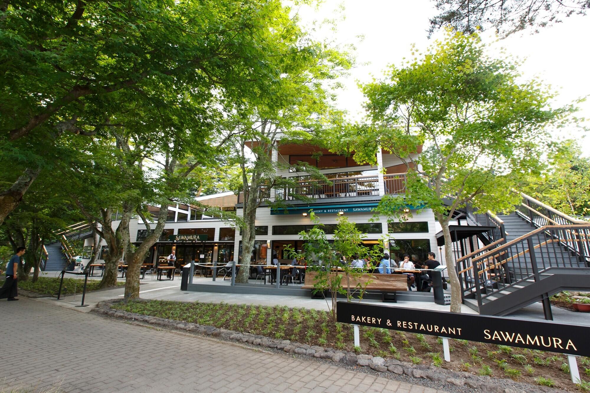 ベーカリー&レストラン沢村旧軽井沢 / 自然豊かな大型木造の建築事例写真