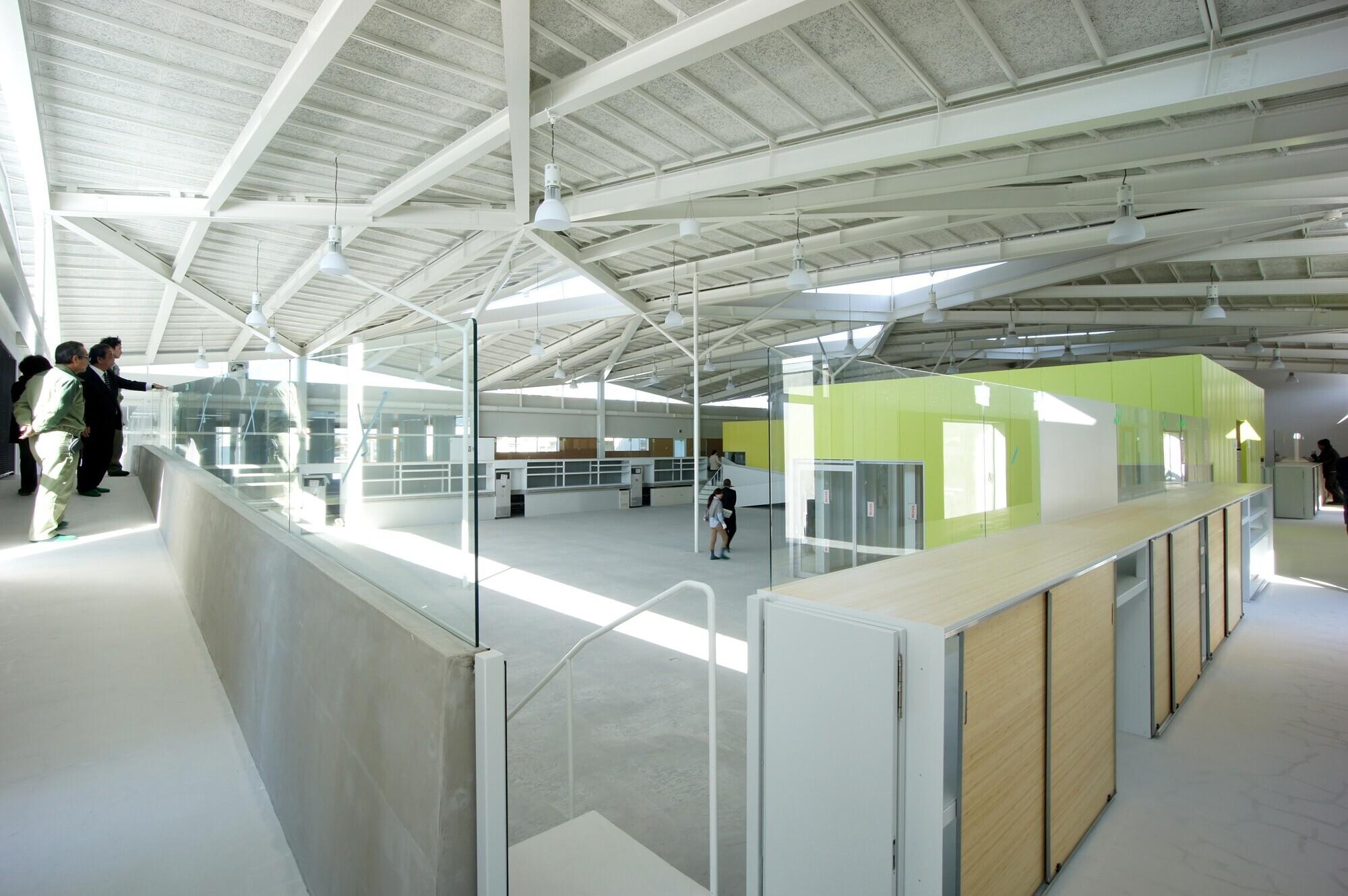 コロナ電気社屋兼工場 / 回廊がめぐる大空間の建築事例写真