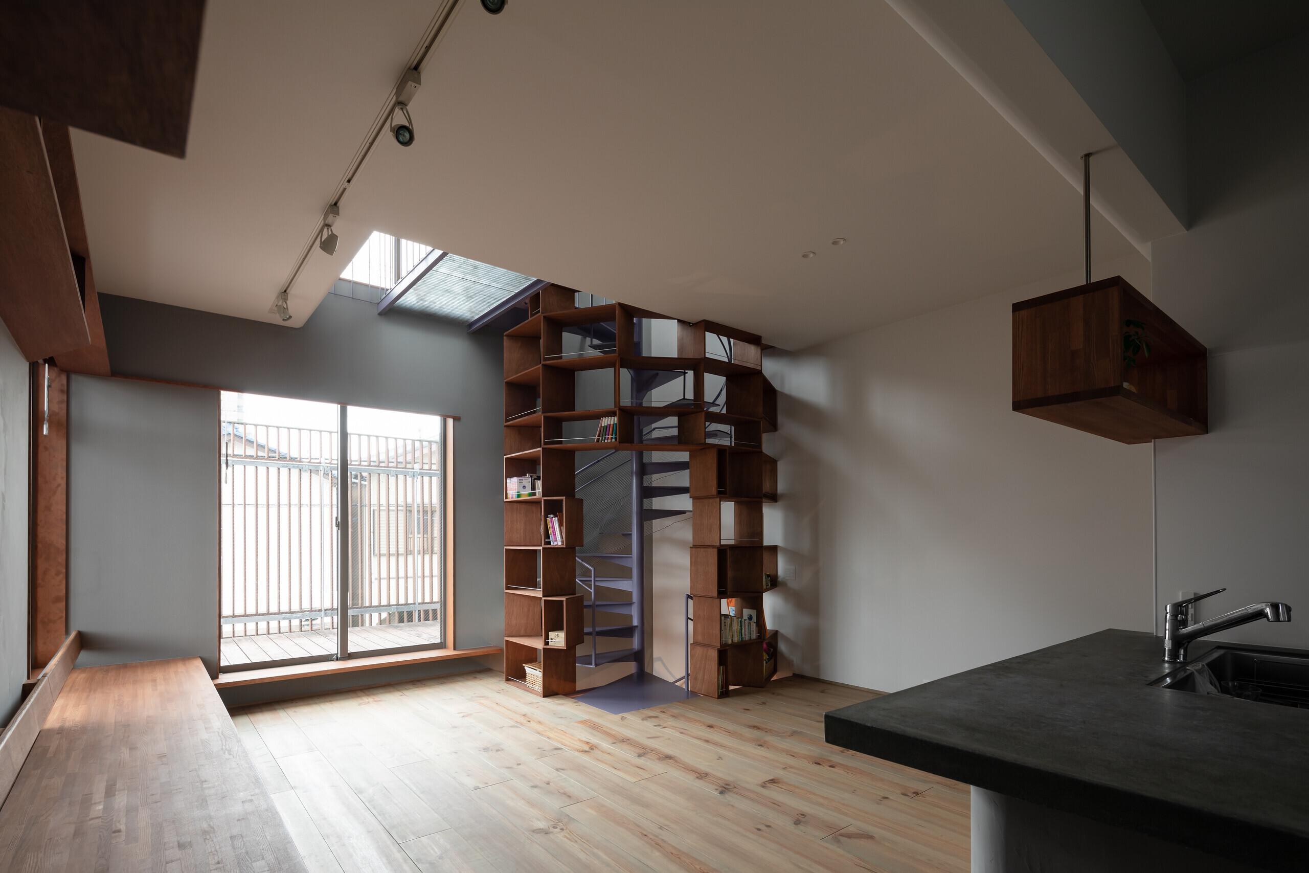 螺旋×shelf / 螺旋階段を活かした狭小3階建住宅の建築事例写真
