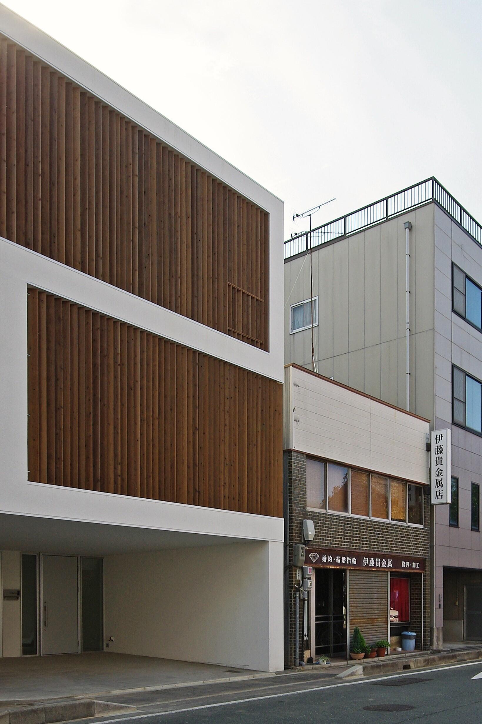 通り側は木製のルーバーを使って、プライバシーを守りつつ、柔らかい印象の外観としています。 | 魚町の家-uomachi