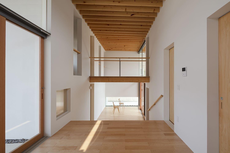 子どもが走り回る家 大階段と立体交差の建築事例写真