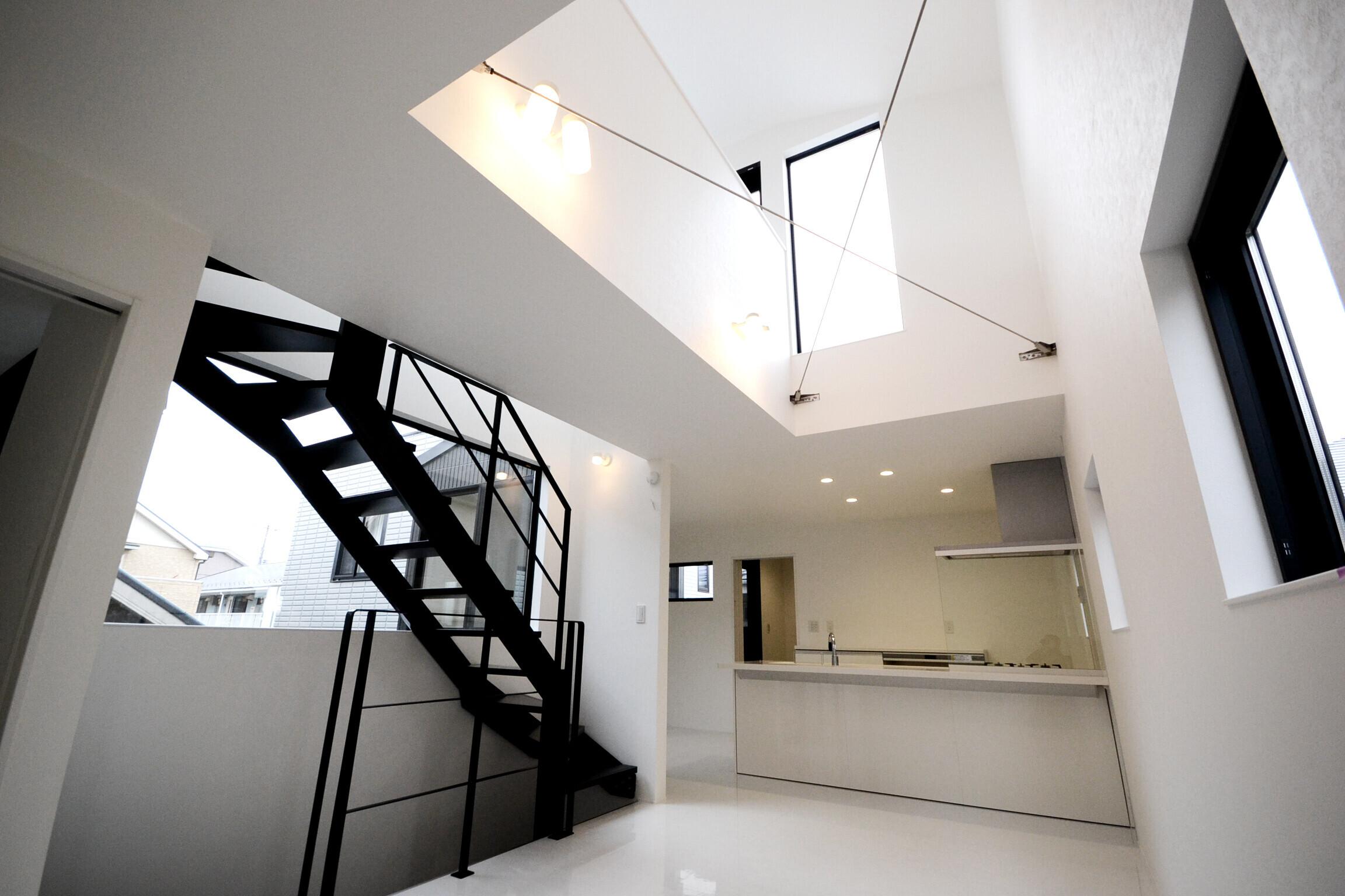 鉄骨階段×吹き抜け×風と光がめぐる家(二世帯)の建築事例写真