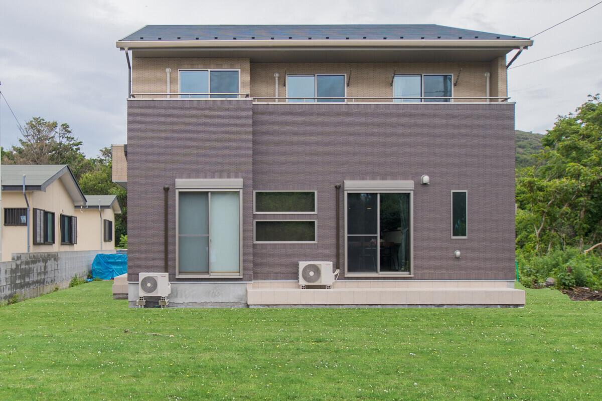 大島町「のんびり島暮らしハウス」総タイル貼の建築事例写真