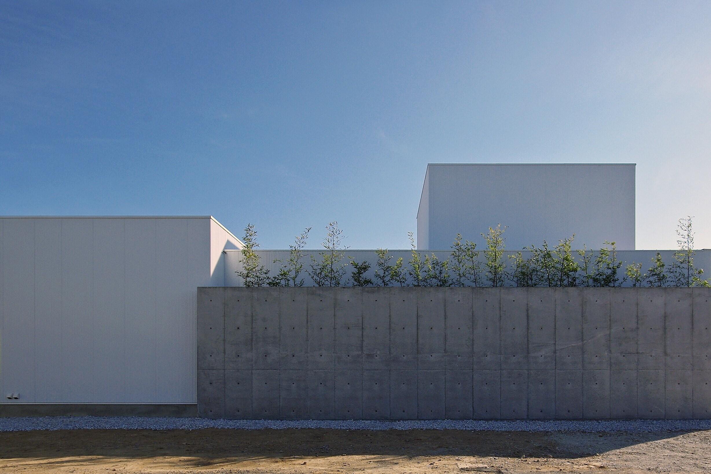コンクリート打放し壁の内側は、石と黒竹を使った坪庭となっており、LDKから水回りまで、多くの部屋に潤いを与えてくれます。   田原の家-tahara