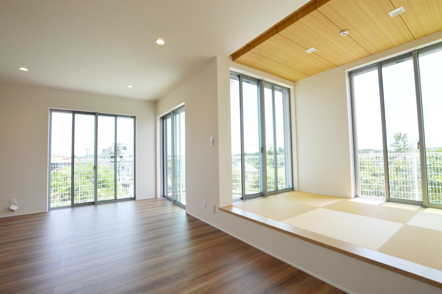 小上がり和室のリビングで寛ぐ家の建築事例写真