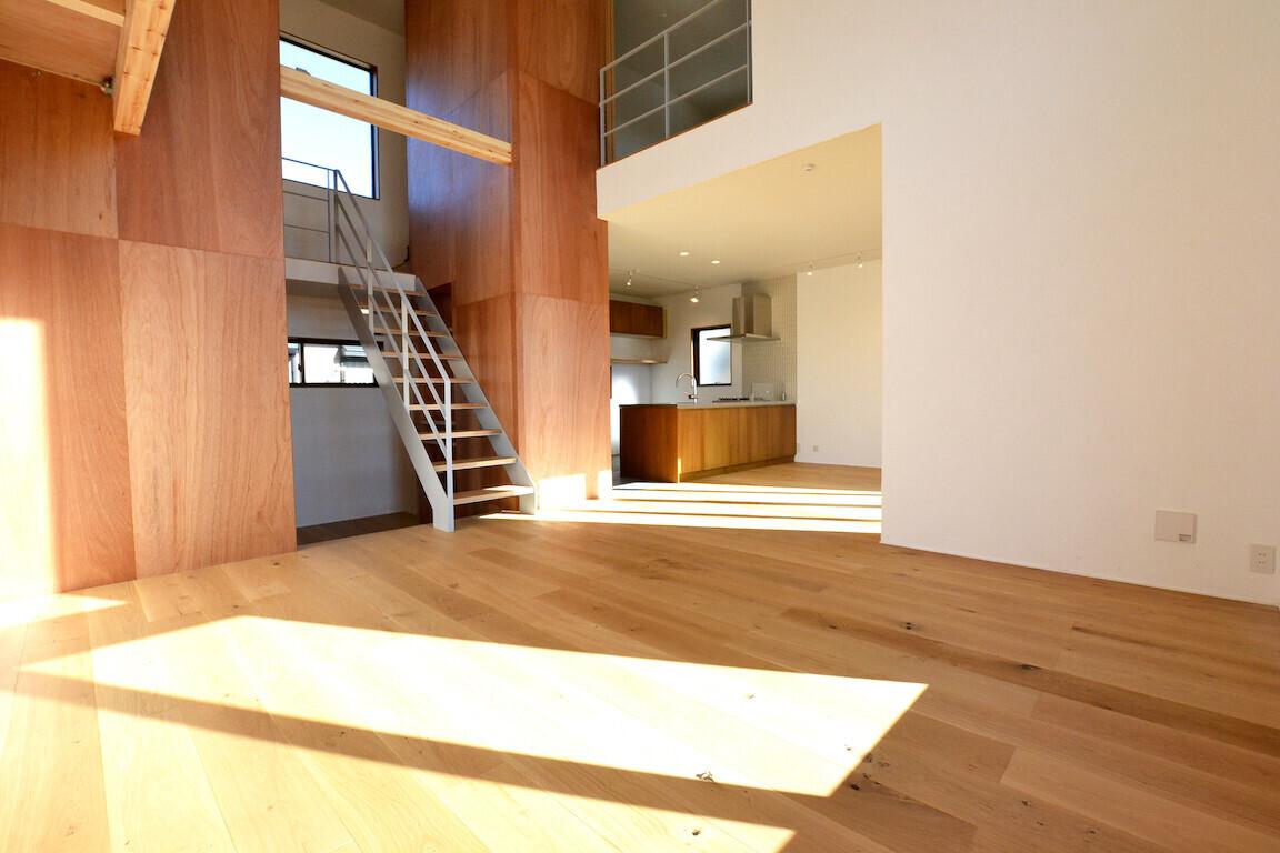 デザイナーズ注文住宅、鉄骨階段・吹き抜け・キャットウォークの建築事例写真