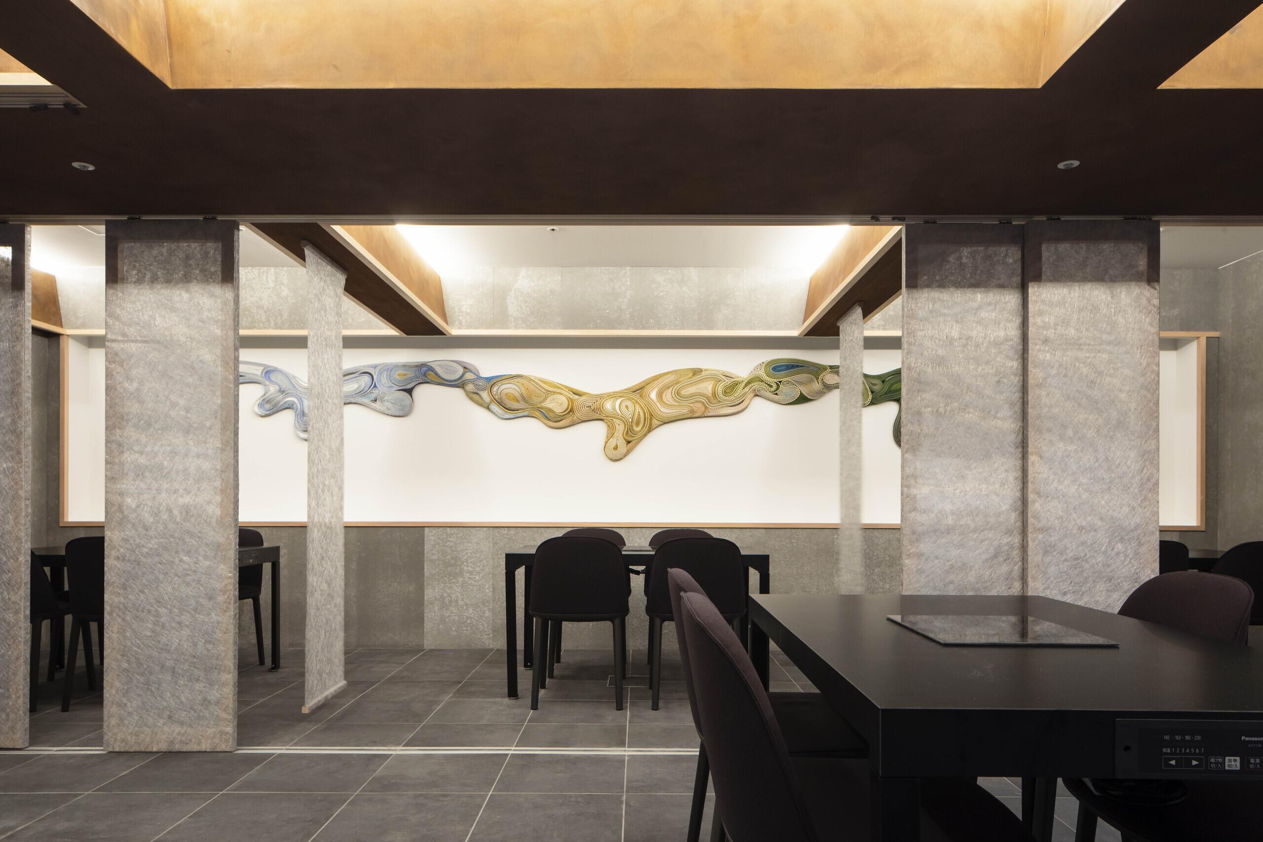 restaurant M _ 錆格子と銀暖簾とアートピースの建築事例写真