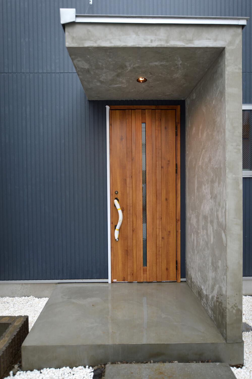 重厚感のある玄関、ウッドスタイルインテリアの建築事例写真