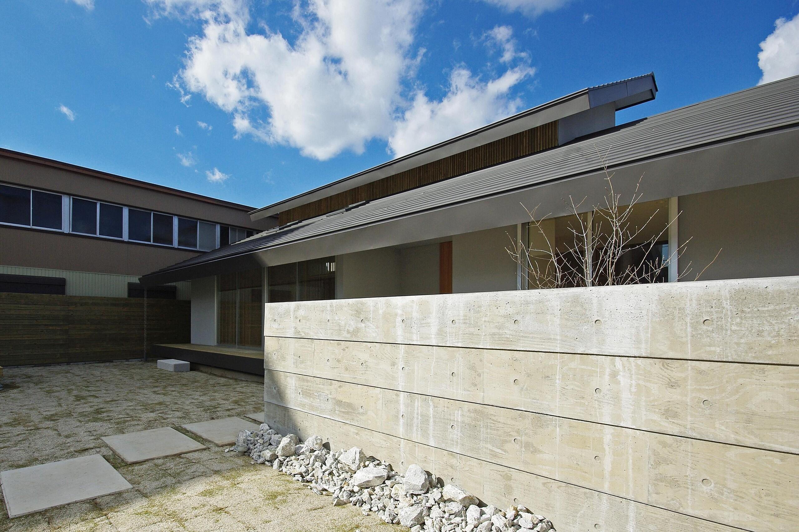 和風のどっしりとした外観ですが、スッキリ見えるよう、細かな納まりに気をつかっています。   常盤の家-tokiwa
