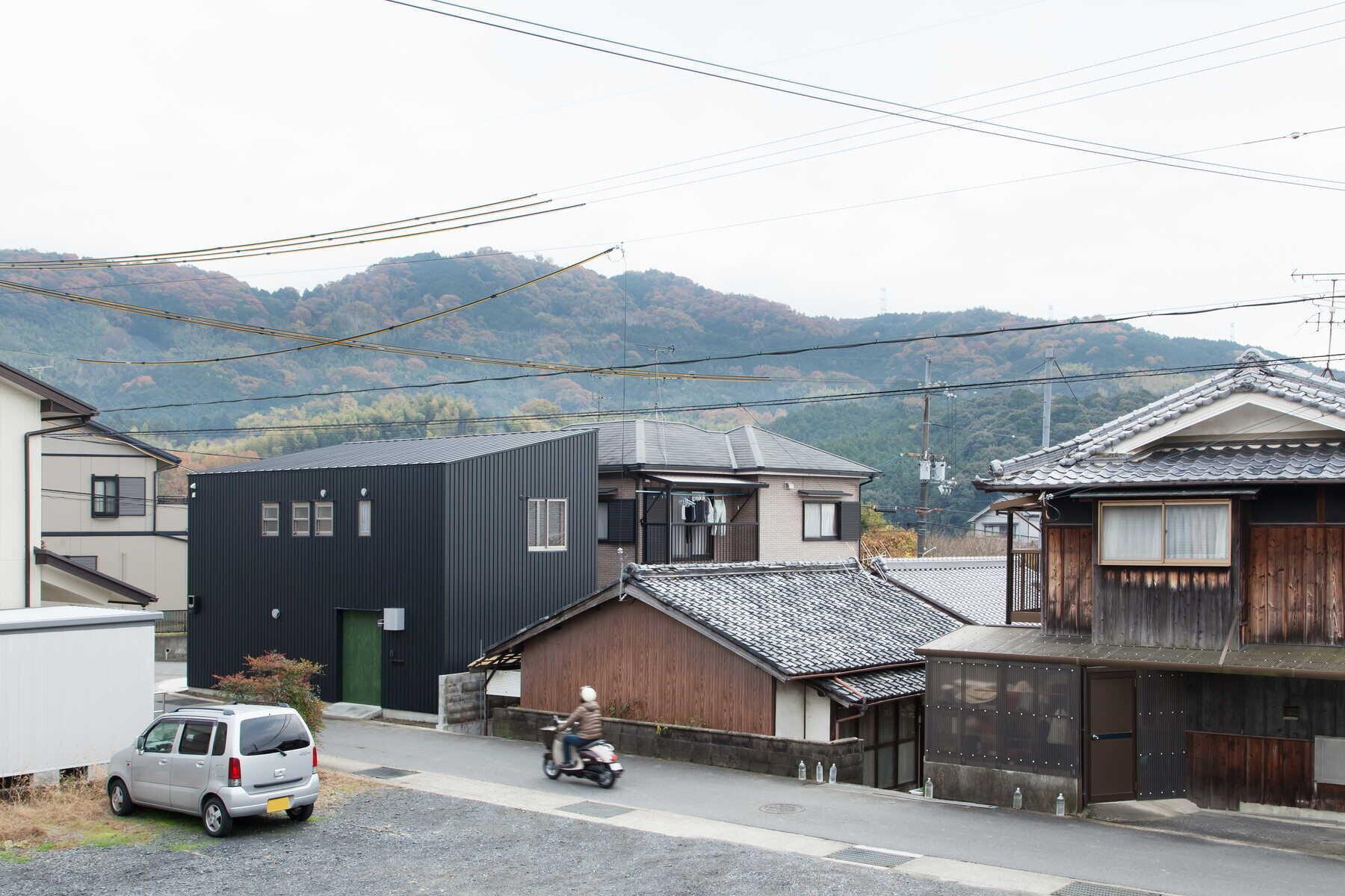 団地の家|ガレージの上に団地の間取りを載せた最小限住宅の建築事例写真