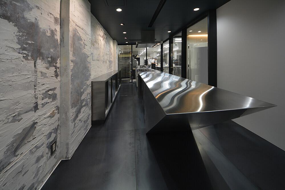 絵画のような壁のあるキッチンスタジオの建築事例写真