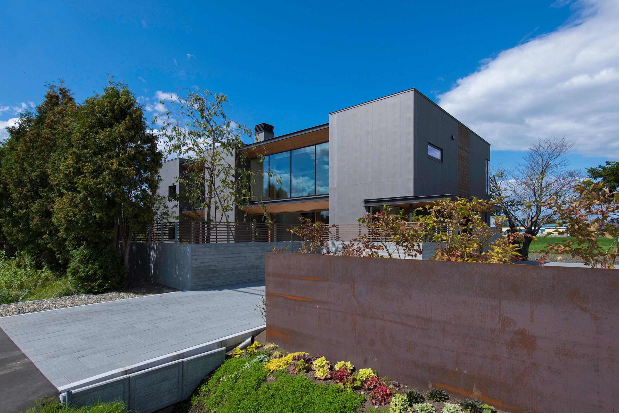 NNPR 北海道らしい自然豊かな景観に立つ邸宅の建築事例写真