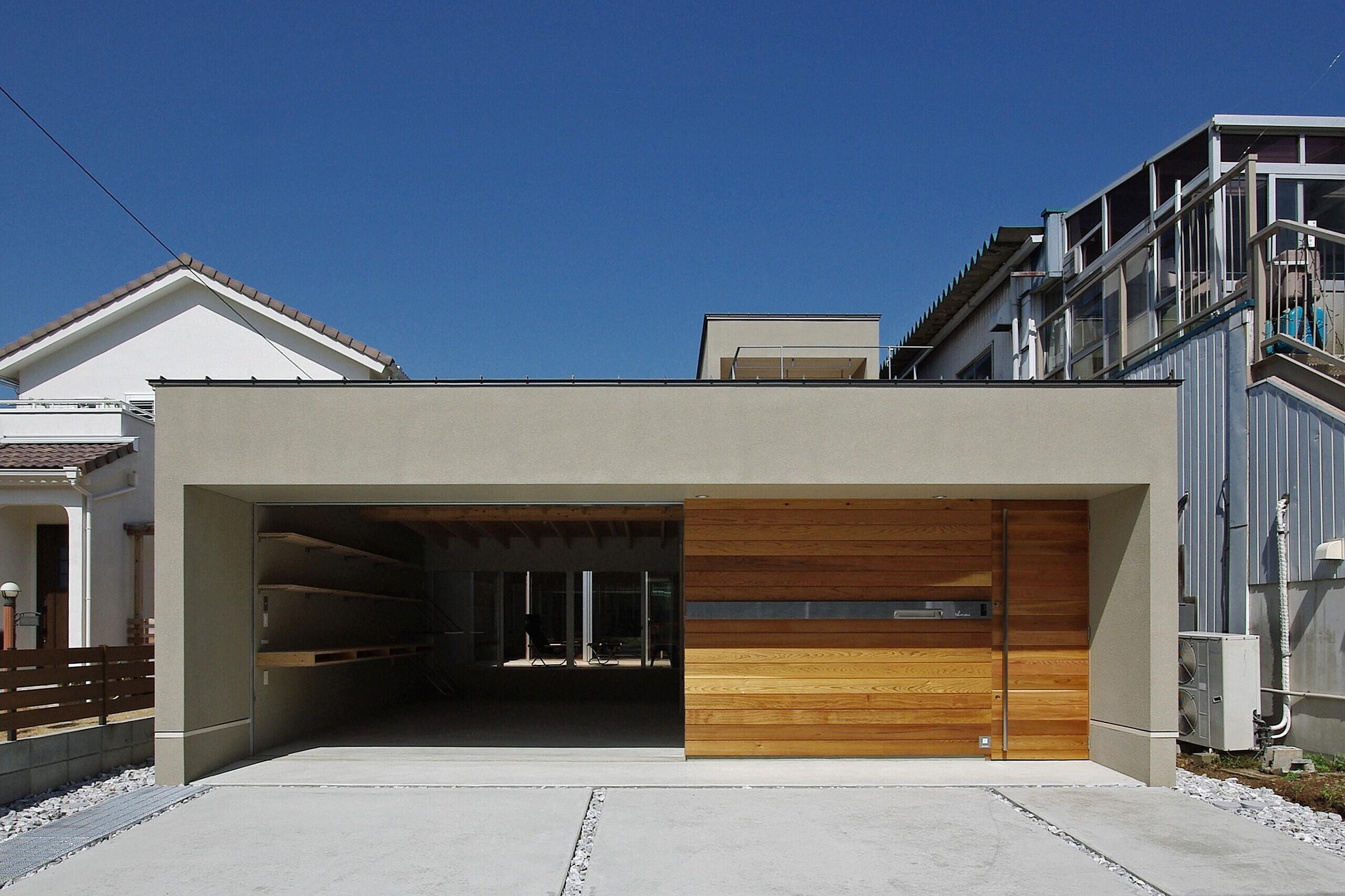 二つの中庭を持つ間取り。1階はガレージ+玄関、LDK、水回りと3ブロックに分け、それぞれの間をウッドデッキの中庭が繋ぐ構成となっています。   平川の家-hirakawa