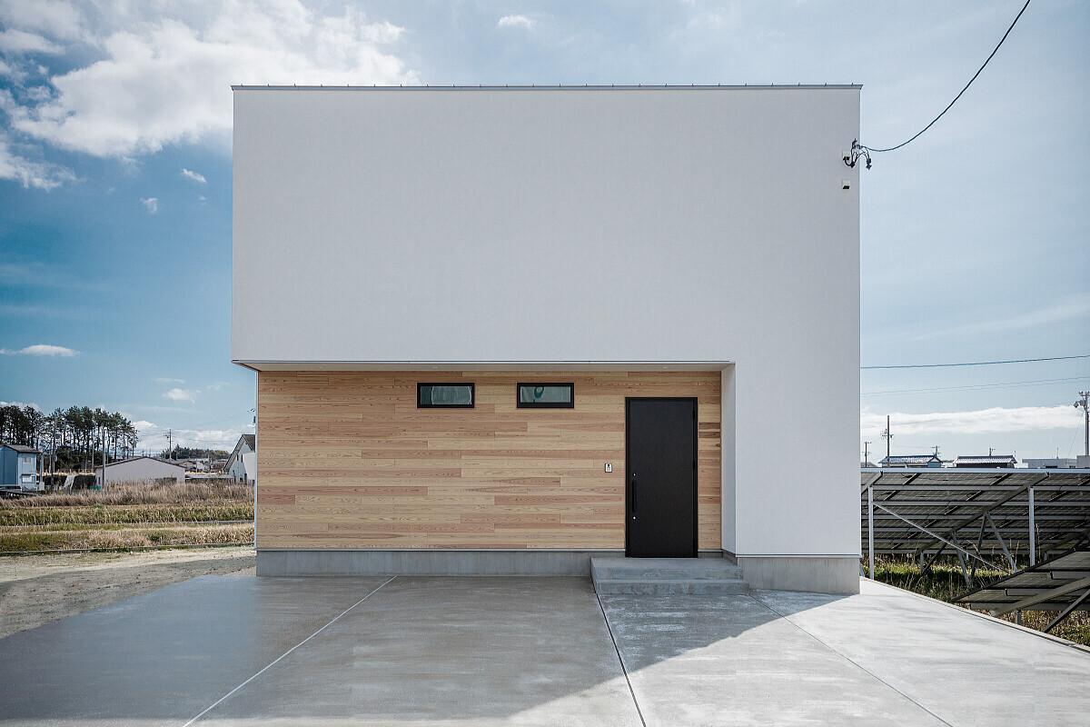 真っ白な塗り壁の家の建築事例写真