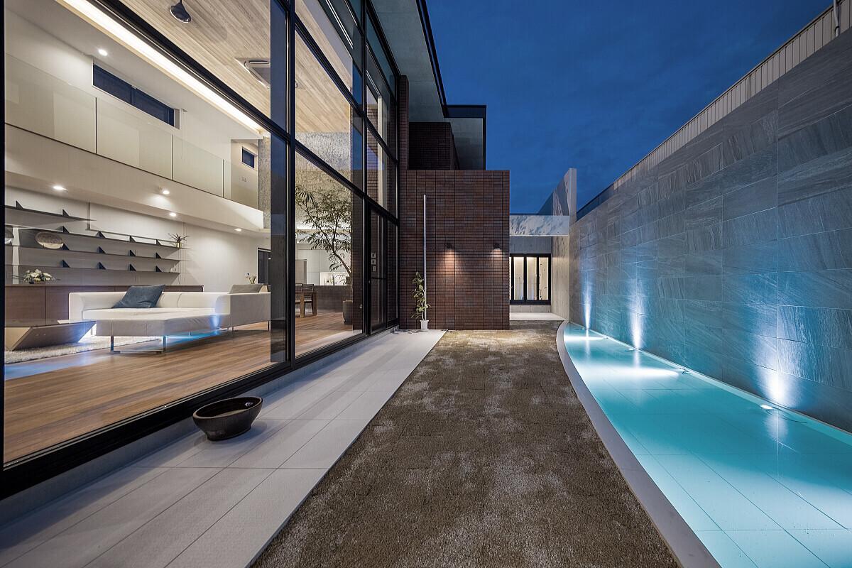 水盤のあるコートハウスの建築事例写真