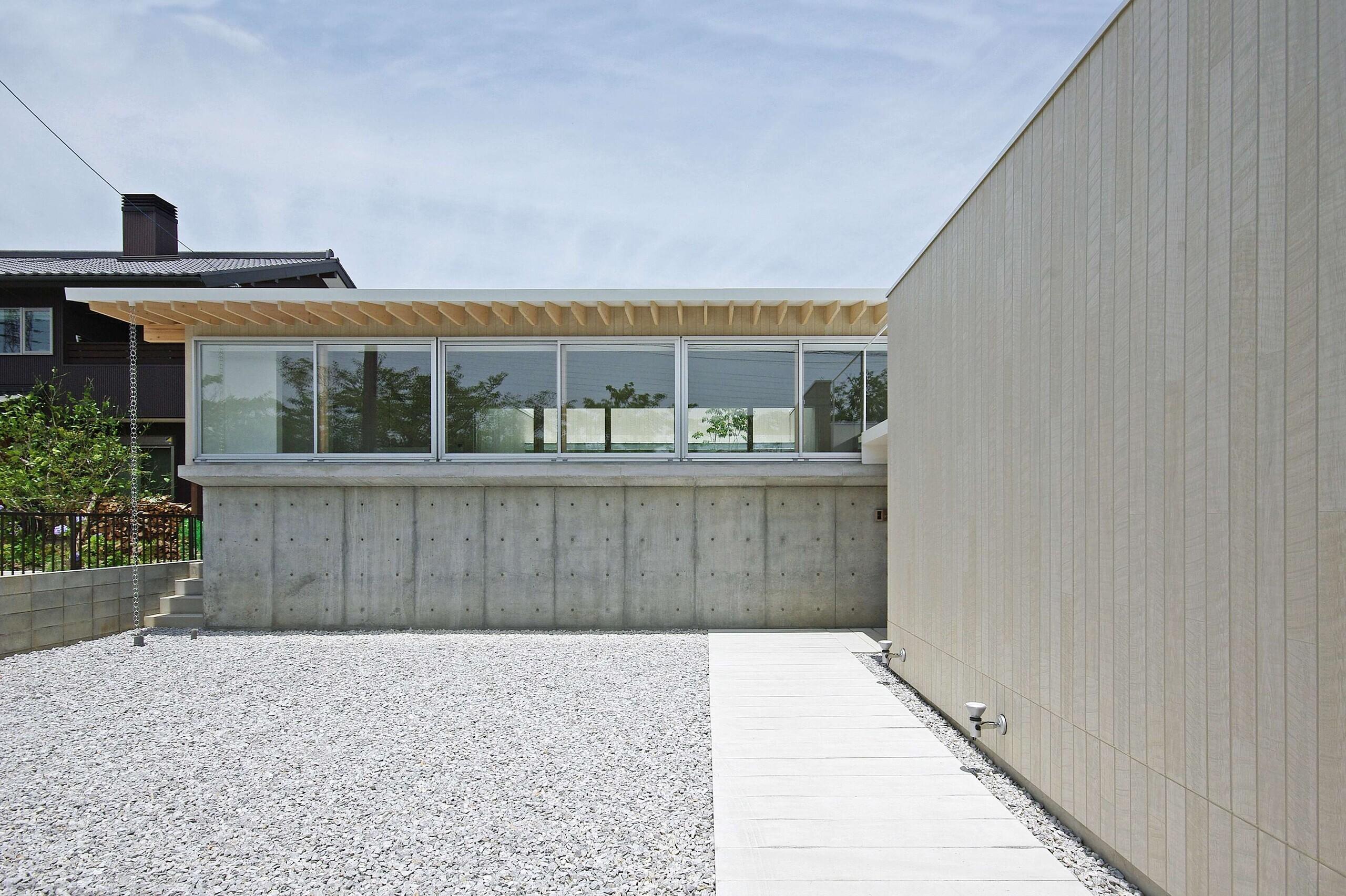 敷地の高低差を、そのまま利用した計画。1m程上げることで、道路を歩く人の視線が気にならなくなります。 | 豊橋の家-toyohashi