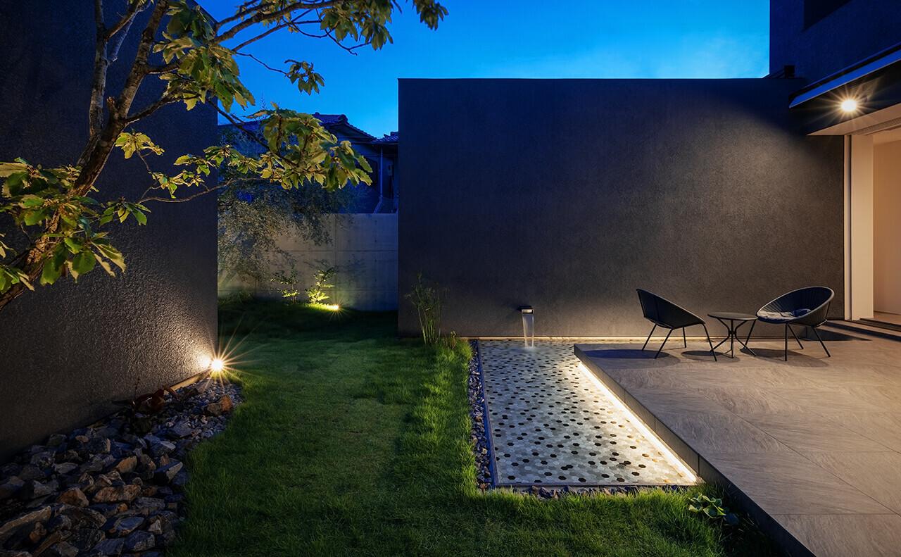 中庭の夕景。テラスと水盤はライトアップされる。© photo Akiyoshi Fukuzawa | 百舌鳥のコートハウス