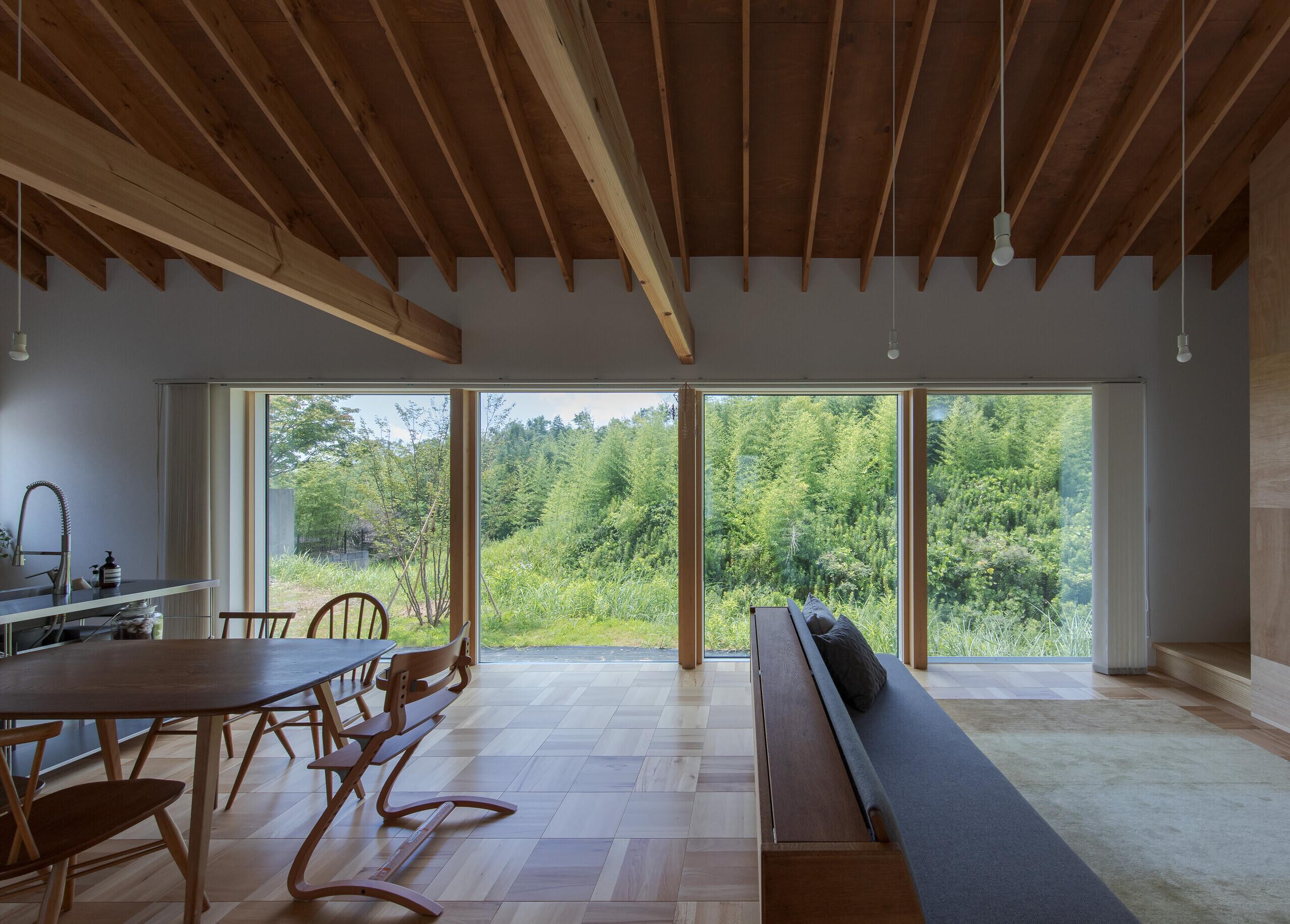 風景を受け止める大きな窓の家の建築事例写真