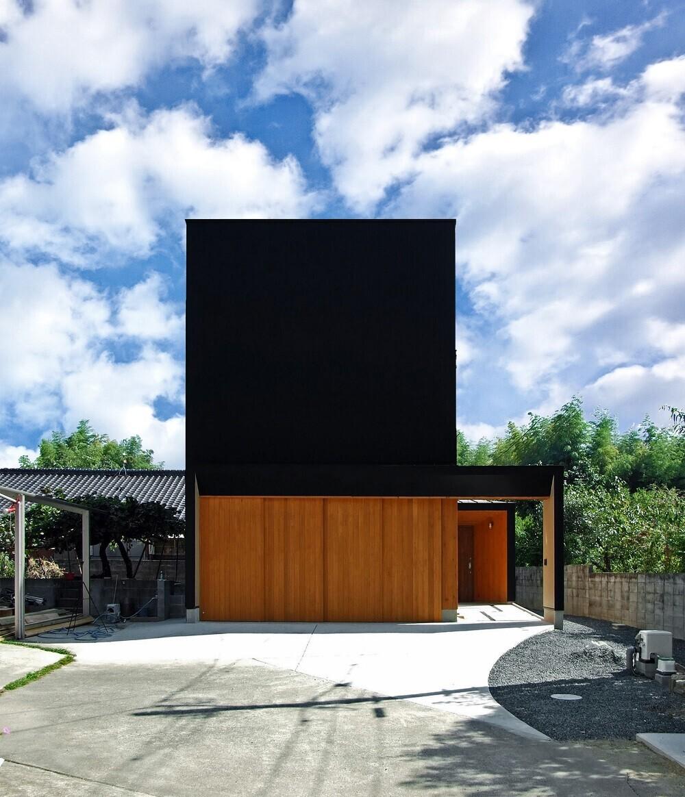<ファサード>北側の外観です。玄関はゲートの奥へ引き込みます。   WoodBoxサロン(ガレージハウス・店舗併用住宅)